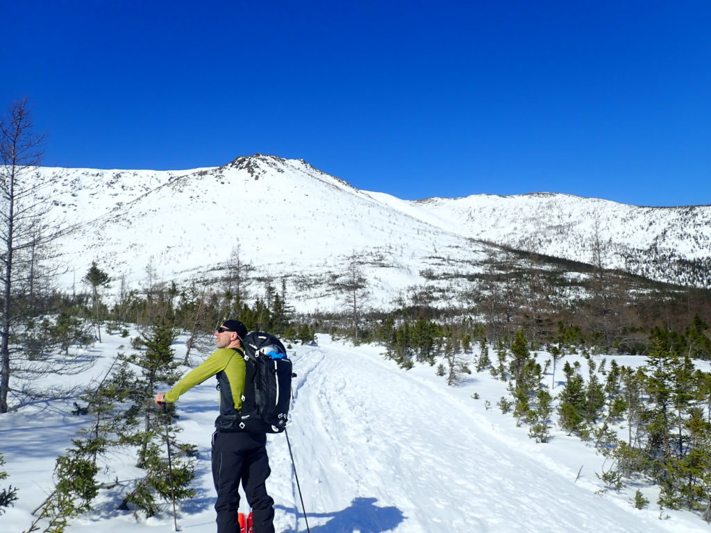 Hiver chaud skieur regardant la montagne au soleil